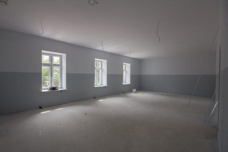 Okna wstawione, sale pomalowane!
